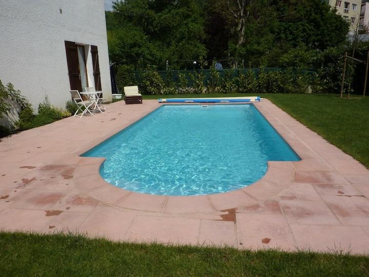 Studio calme rez de chaussée au bord d'une piscine