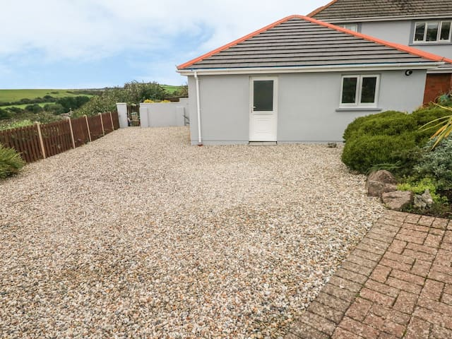 11 PENALLY HEIGHTS, with a garden in Tenby, Ref 989683