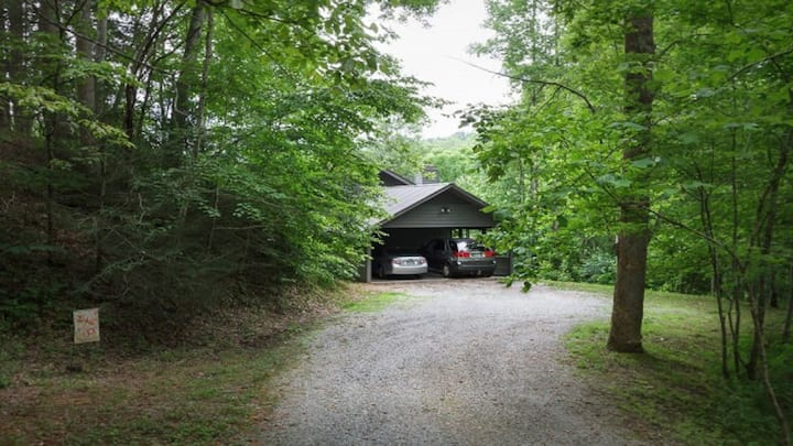 MINUTES FROM GATLINBURG & GREAT SMOKY MTN. PARK