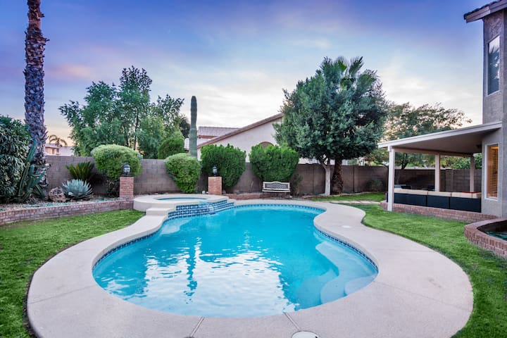 Val Vista Lakes Home- Sleeps 10, heated Pool & Spa