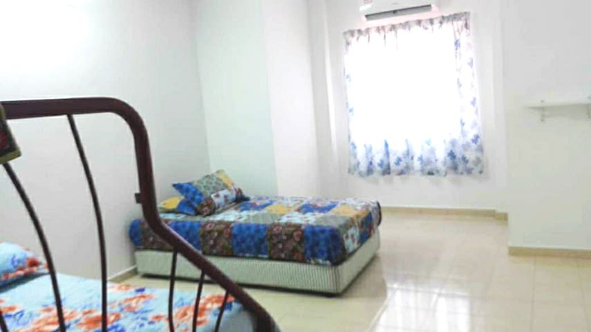 4th Bedroom, queen bed & single bed. Can accommodate 3 pax. This room got aircond