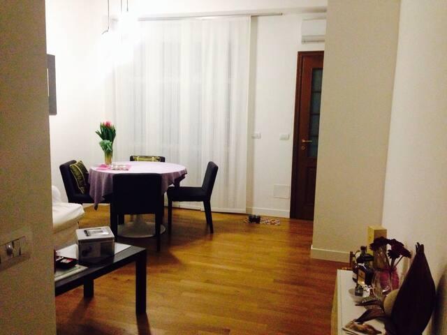 Zona living con cucina separata ...