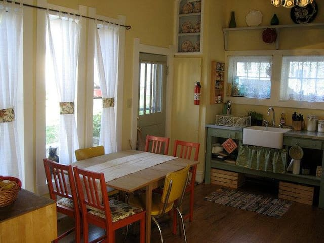 Charming Prospect Hill cottage - Bloomington - Hus