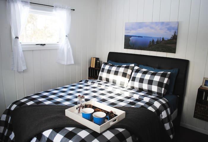 ⭐ Quiet Cottage Retreat on 2 Acres *Pet Friendly*