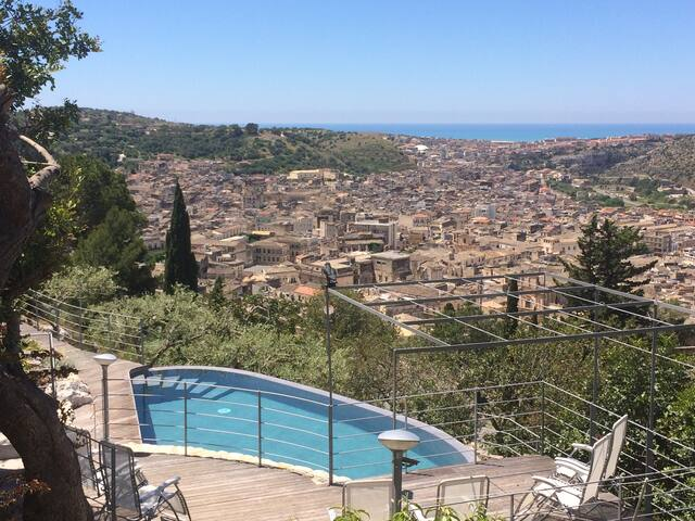 Villa dell'Acanto: heated pool with town/sea view