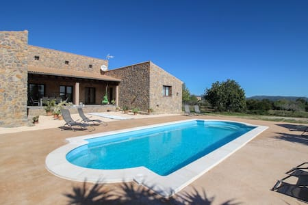 Gorgeous villa with private pool & spa - central location for exploring!