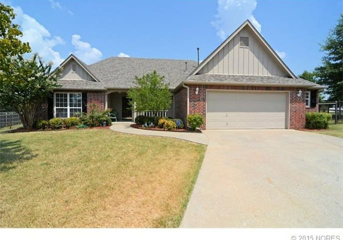 Golf course home 15mins from Downtown and Airport.