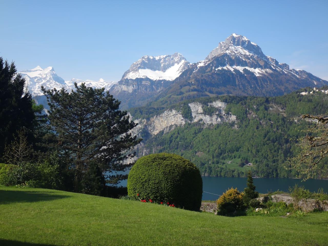 Blick auf den Hausgarten, See und Berge
