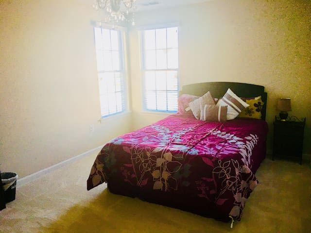 Private comfy bedroom Chantilly close to airport