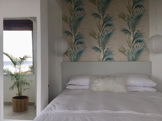 Main bedroom with a queen size bed.