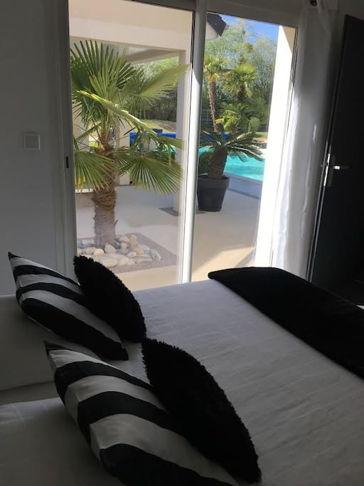 Vue et accès sur la piscine et La terrasse couverte