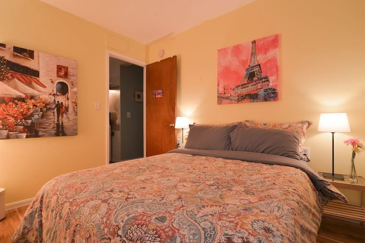 Paris in Pink Bedroom 10 min walk to downtown