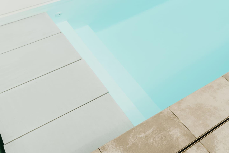 Privaat zwembad verwarmd tussen 15 april en 15 september op 27°C