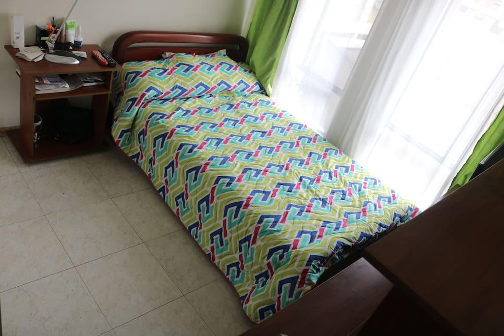 Cama confortable semidoble con juego de sabanas nuevo.