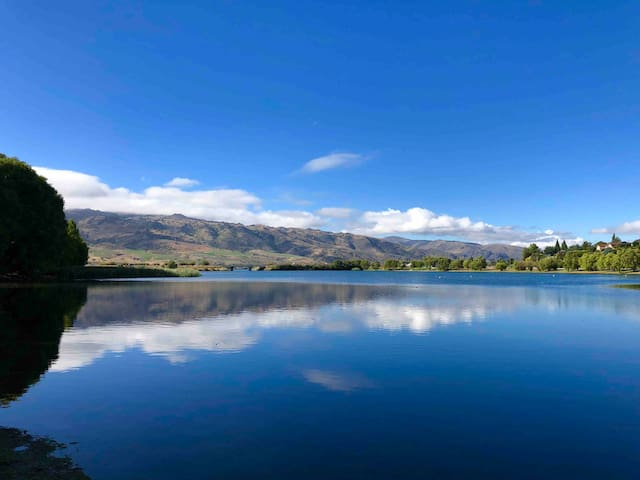 Lake Dunstan is a few minutes drive from the house. You can swim, use a boat or do one of the beautiful walks such as The 45th Parallel walk, which provides amazing views.