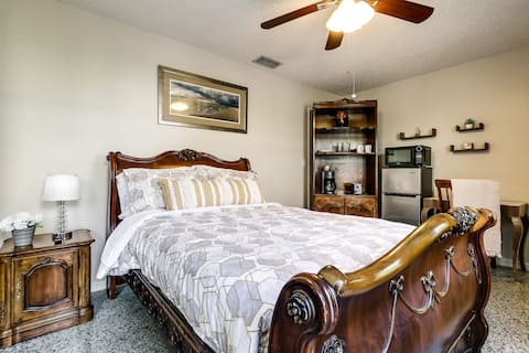 Cozy classic suite with private entrance and private bathroom. Only 8 minutes away from the beach, walking distance to shopping plaza, restaurants and more.