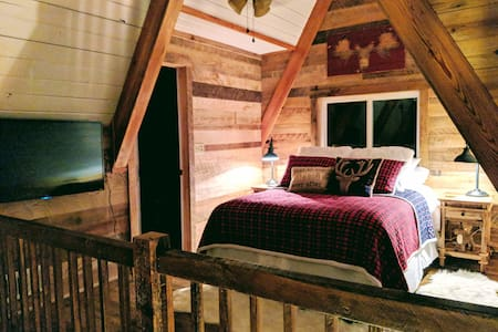NEW!  Secluded, Rustic Luxury, Covered Deck & WiFi