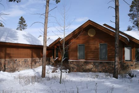 Spacious and cozy mountain home, hot tub - Tabernash