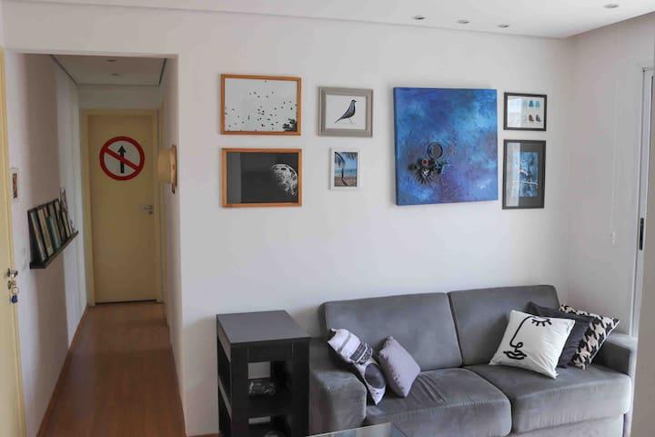 Sala com acesso à varanda, TV e cortina blackout