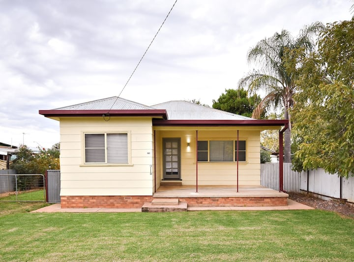 3-BR Family Home Close to Cafes, Shops & Dubbo Zoo