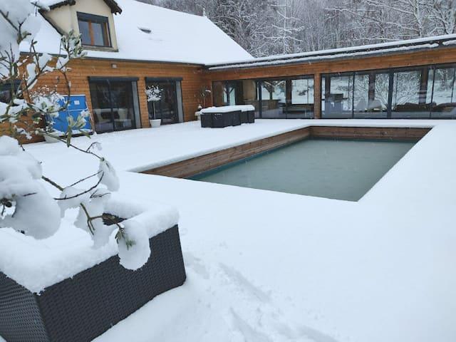 Cottage nature avec piscine, jacuzzi et tennis.