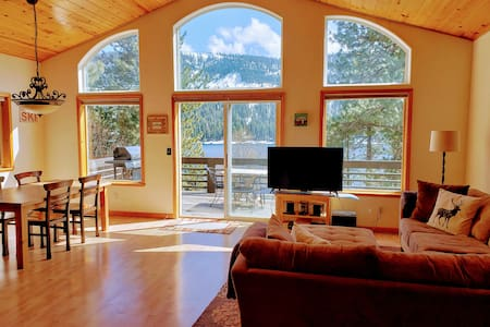 Donner Lake View Cabin with deck - Clean & Wifi!