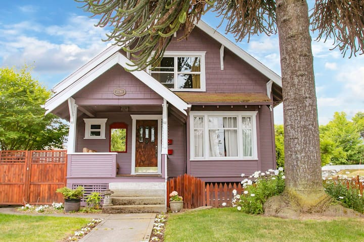 Dog friendly home w/ WiFi,  near downtown, waterfront & colleges!