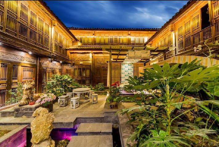 位置超好,古城中心,空调双床标间,免费喝茶,免费观景阳台,送地图位于古城主街,去四方街步行3分钟! - Lijiang Shi - Flat