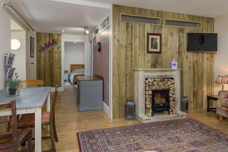 Charming freshly decorated cottage flat