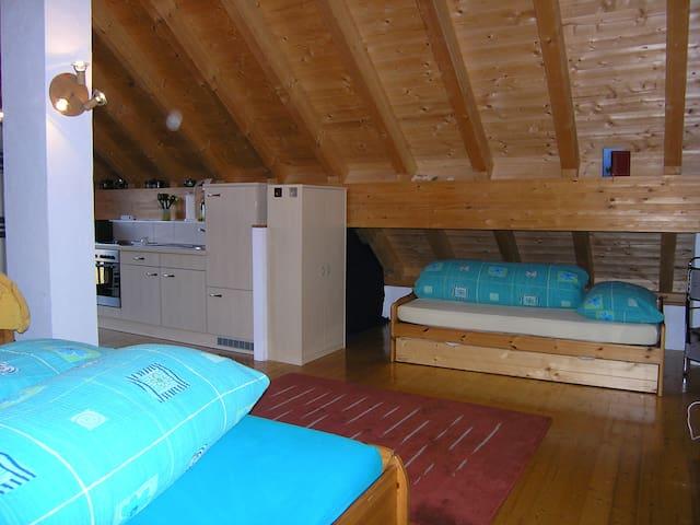 Einzelbett vom Doppelbett aus gesehen