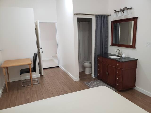 1 BD suite with private entrance & bath