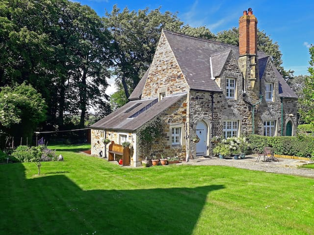 Grade II listed Mansion Cottage with wood burner