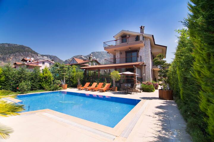 Up to 8 Person Private Pool Close to Town and Sea