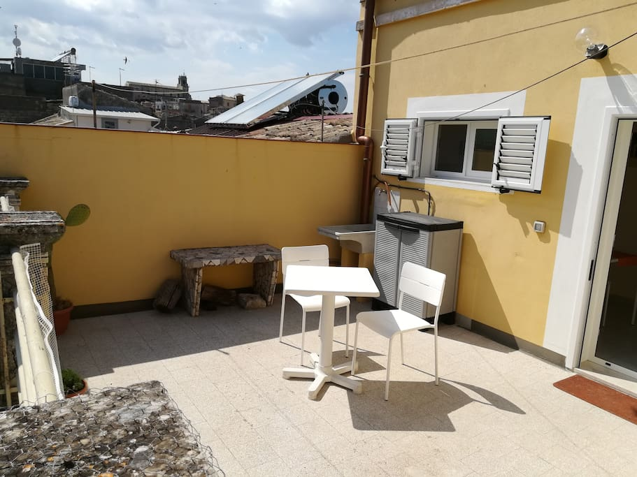 ampio terrazzo provvisto di pilozzo e barbecue