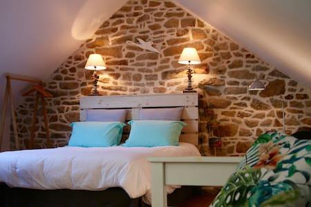 """Les chambres du manoir de Kerhel """"Maïdo"""" - Locoal-Mendon"""