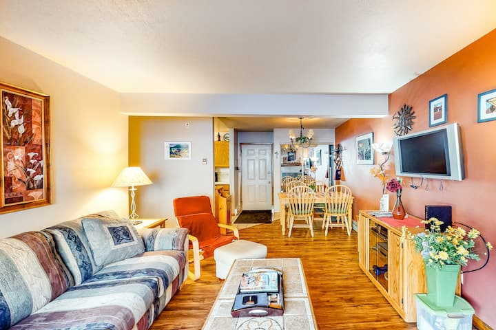 Dreamy Ski Getaway Near the Slopes W/ Shared Hot Tub, Full Kitchen, & WiFi!