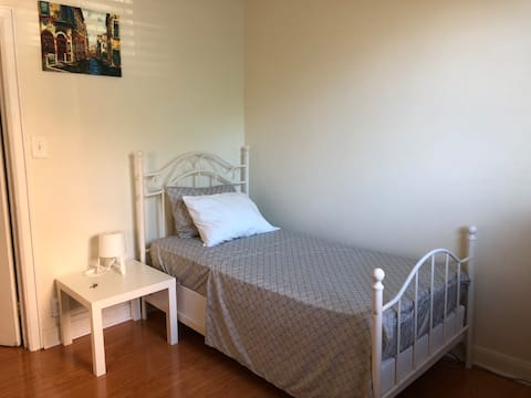 Awesome Cozy Room in The Heart of Sunnyside!