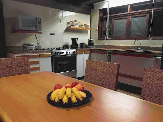 Cozinha equipada com geladeiras,purificador de água e inúmeros eletrodomésticos