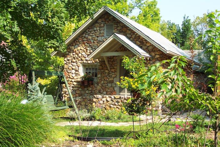 #3 Crystal Cottage - King Bed