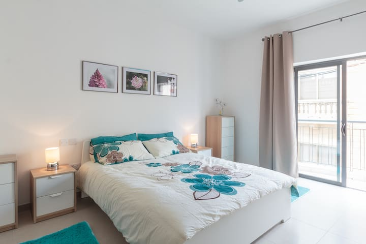 Double Bedroom with private bathroom - L-Imġarr - Departamento