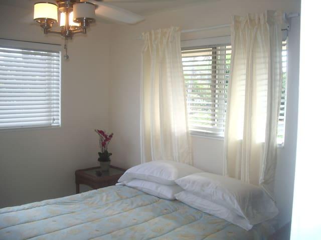 Bedroom one/ queen bed
