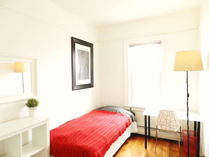 Solo Room w/ friendly ambience, 15mins to Midtown