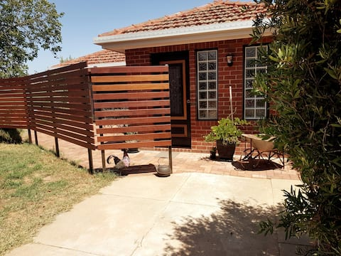 Private self contained garden flat showground/CBD