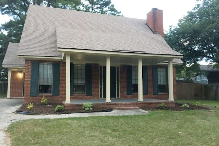 Cozy and convenient Home perfect for Master's week