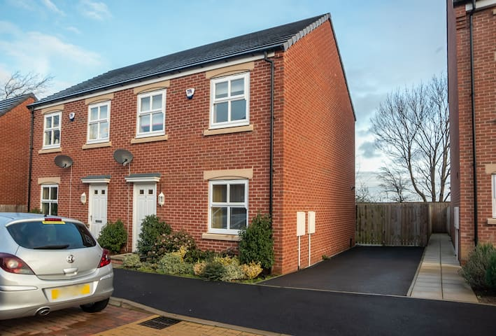 3 Bed Garden House, Close to Train Station