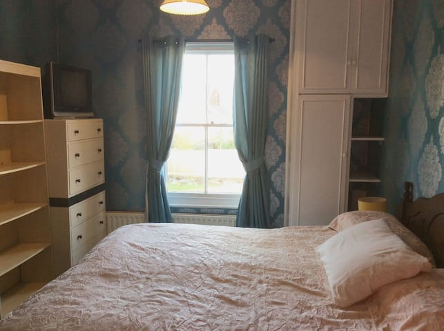 PRIVATE ROOM WITH ADJ EN-SUITE IN VICTORIAN MANSE