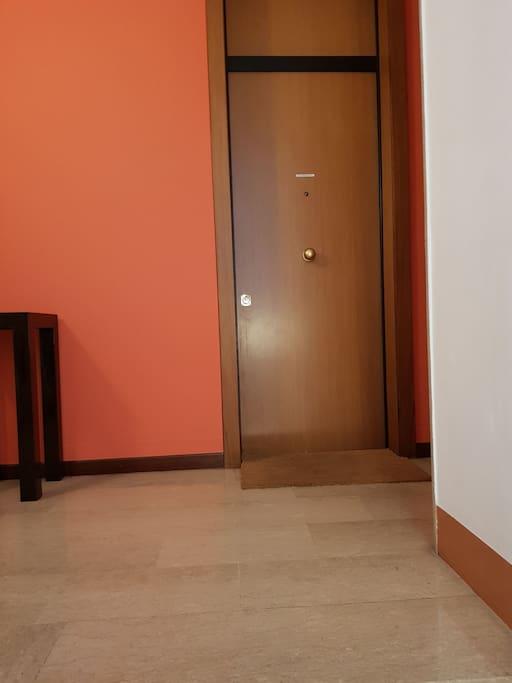 al secondo piano il portoncino dell' attico n9.