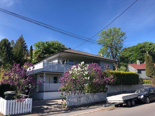 Hus på Tåsen. 4 soverom, stor veranda og parkering