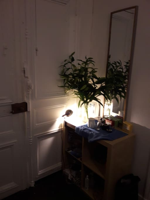 Entrée. Cette semaine un bouquet de lys blancs
