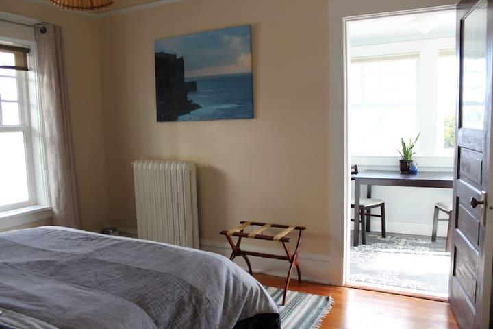 Light-filled Fairfield Suite - 1 block from Ocean! - Victòria - Casa